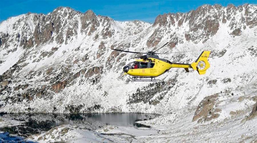 Un helicòpter dels Bombers de la Generalitat de Catalunya fa recerca d'unes persones desaparegudes al Pirineu