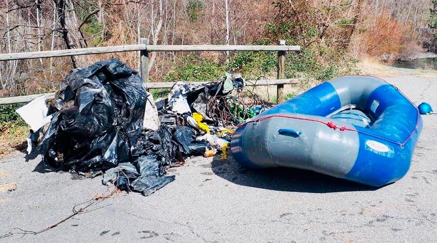 Deixalles i una embarcació utilitzada en accions de neteja fluvial