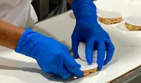 Una persona elabora torrons en una fàbrica d'Agramunt