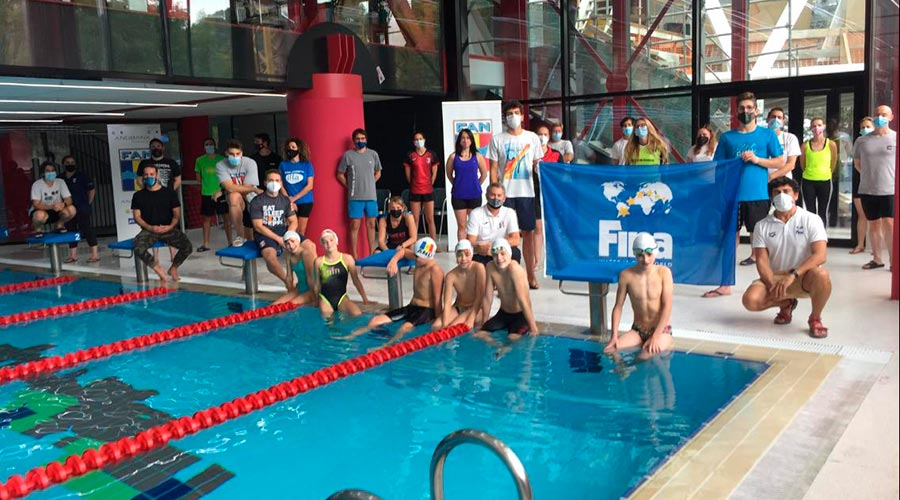 Participants en una formació de la Federació Internacional de Natació a Ordino