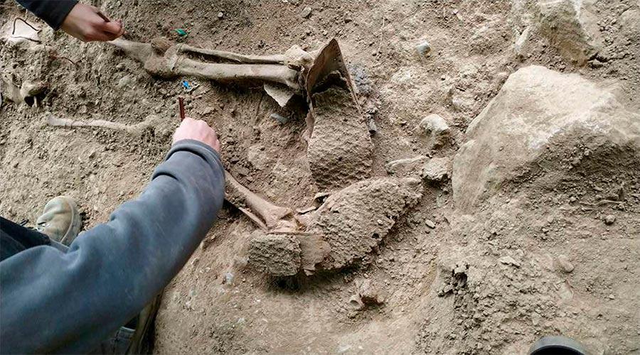 Detall d'un dels cossos recuperats a la fossa de Sorpe