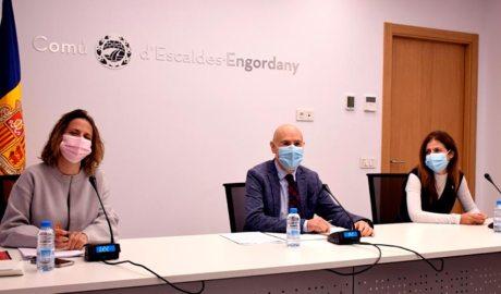 Els cònsols major i menor d'Escaldes-Engordany, Rosa Gili i Joaquim Dolsa, i l'assessora en finances del comú, Bea Pintos, durant la presentació de les ajudes. (Foto: M. F.)