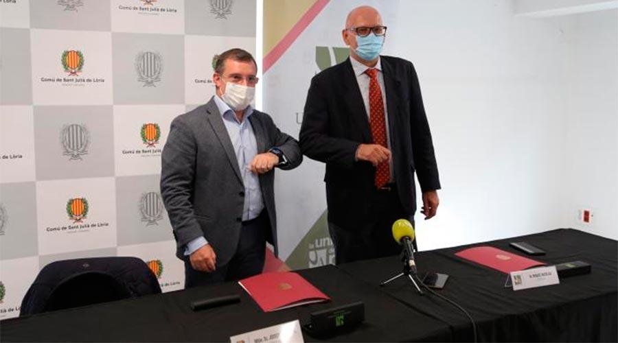 El cònsol major lauredià, Josep Majoral, i el rector de la Universitat d'Andorra, Miquel Nicolau, se saluden amb el colze