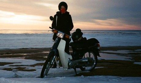 Una motocicleta a la neu