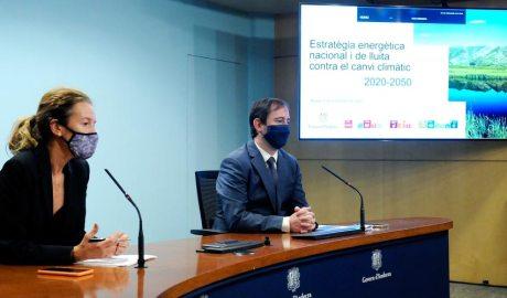 La ministra de Medi Ambient, Agricultura i Sostenibilitat, Silvia Calvó, juntament amb el director de l'Oficina d'Energia i del Canvi Climàtic, Carles Miquel,