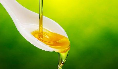 Raig d'oli d'oliva en una cullera