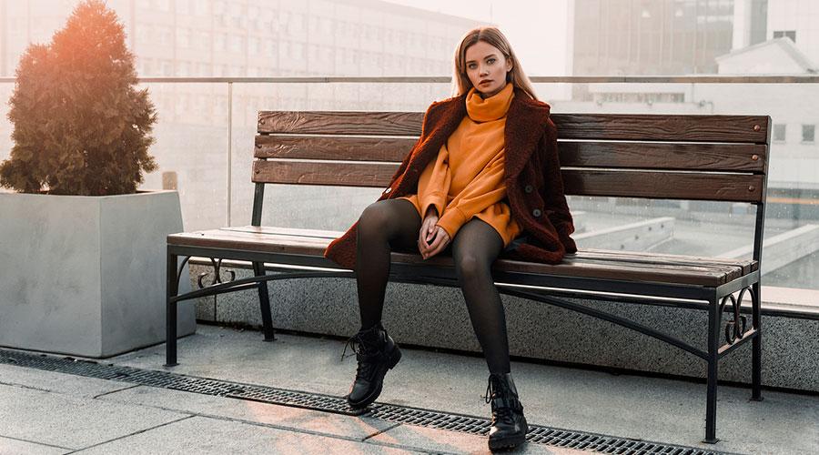 Noia amb un vestit taronja