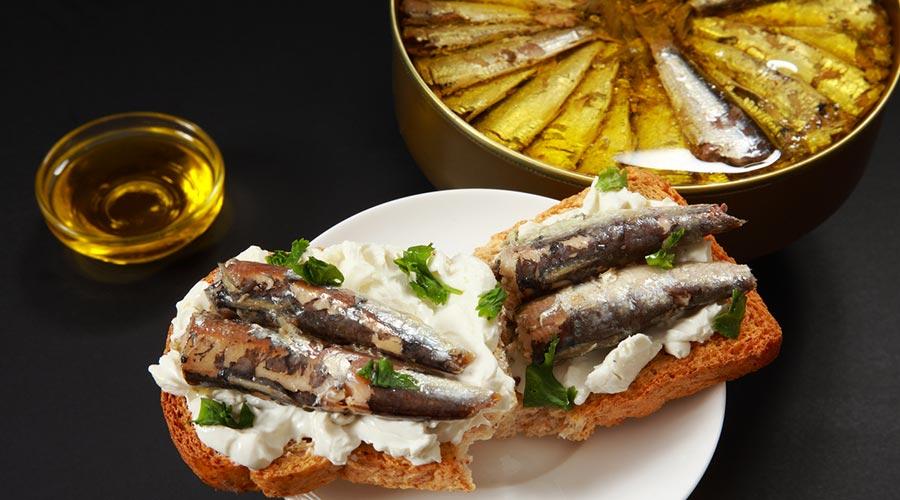 Una torrada i unes llaunes de sardines en conserva (Foto istock.co
