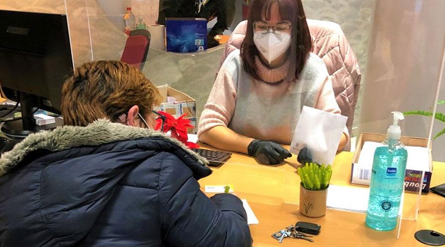 Una dona recull els test d'antigen al servei de Tràmits d'Encamp