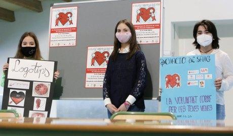 Tres alumnes presenten la campanya de donació de sang de l'escola andorrana
