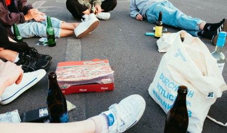 Joves consumint alcohol al carrer