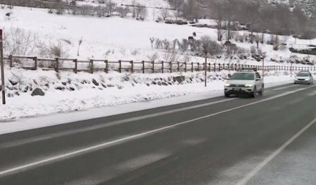 Cotxes circulant per una carretera un dia de nevada