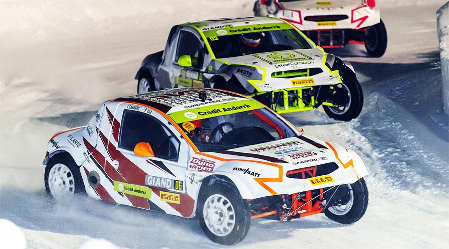 Cotxes competint a les GSeries sobre un circuit de gel