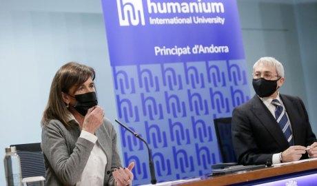 Vilarrubla i Martín davant una publicitat de la Humanium International University