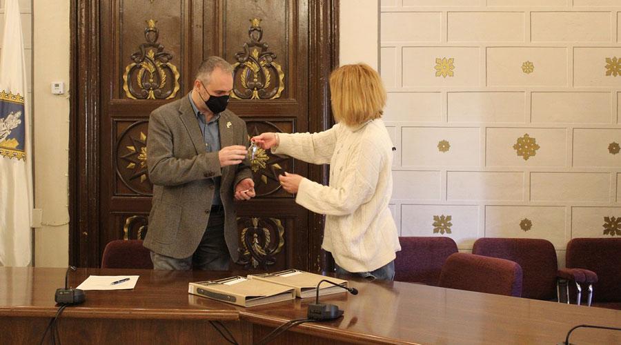Jordi Fàbrega rep unes claus de mans de Montse Segura