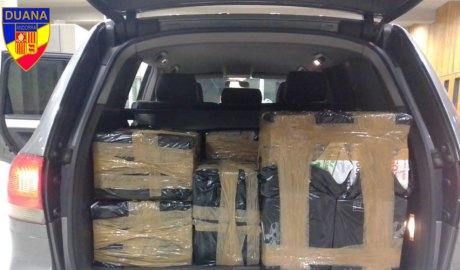 El maleter d'un vehicle carregat amb caixes de tabac