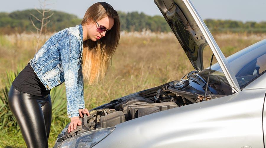 Una noia es mira un motor avariat