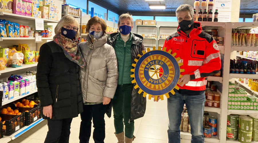 Representants d'Inner Wheel a la botiga solidària de la Creu Roja