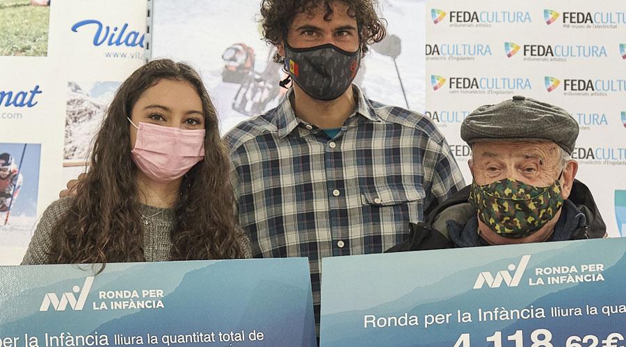 Joan Vilana amb els representants de Toubabs i AINA