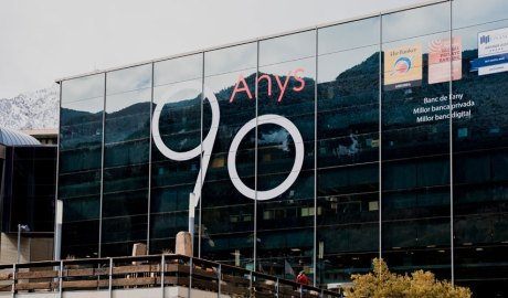 La façana de la seu d'Andbank amb el logotip del 90 aniversari