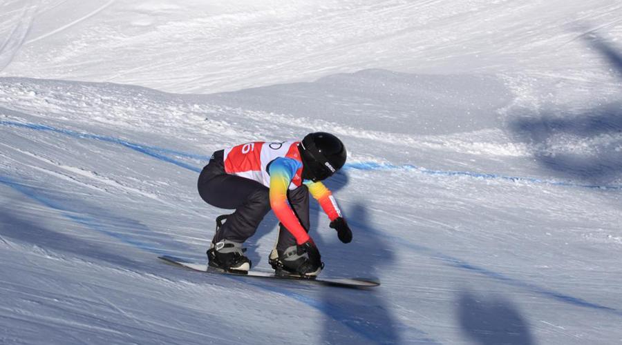 Maeva Estevez surfejant