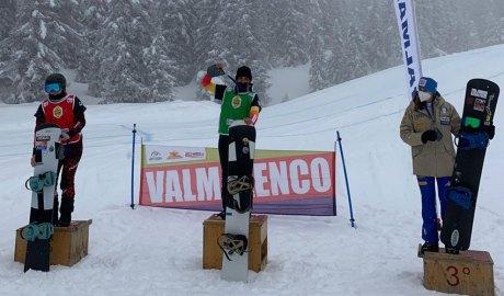Maeva, al mig, en guanyar la Copa d'Europa de Boardercross de Valmalenco