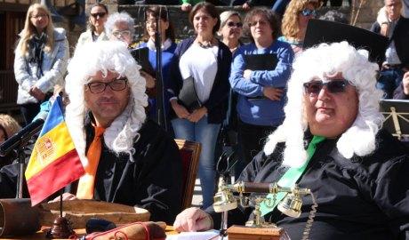 Dos actors fent de jutges a la representació dels Contrabandistes d'Ordino