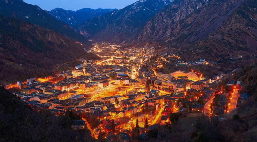 Els nuclis d'Escaldes-Engordany i Andorra la Vella tenyits de tons càlids, grocs i taronges