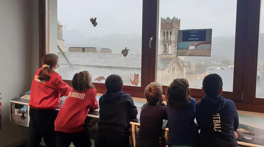 Escolars en una activitat a l'Espai Ermengol