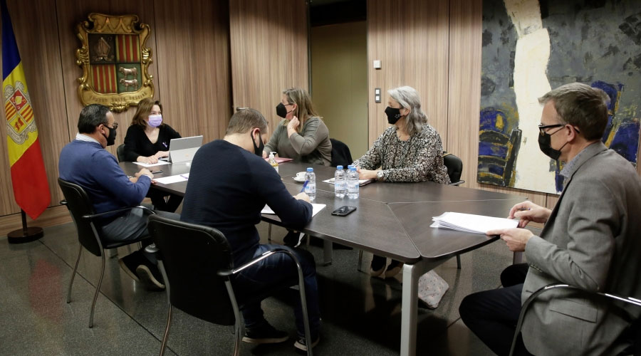Canals presideix una reunió amb representants del sector turístic