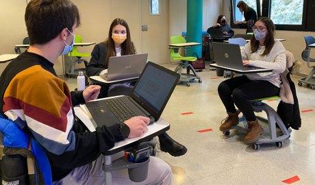 Un grup d'estudiants treballant conjuntament amb els seus ordinadors