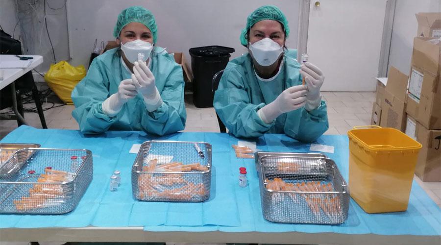 Dos professionals del SAAS preparant vacunes de Covid-19