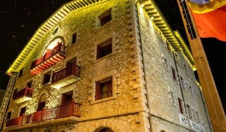 L'Hotel Rosaleda il·luminat de groc