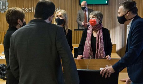Susanna Vela conversant amb d'altres consellers generals