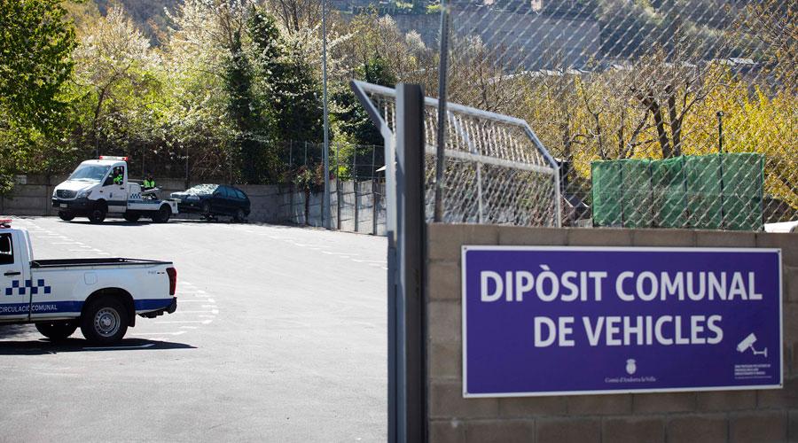 Una grua deixant un vehicle al dipòsit comunal d'Andorra la Vella