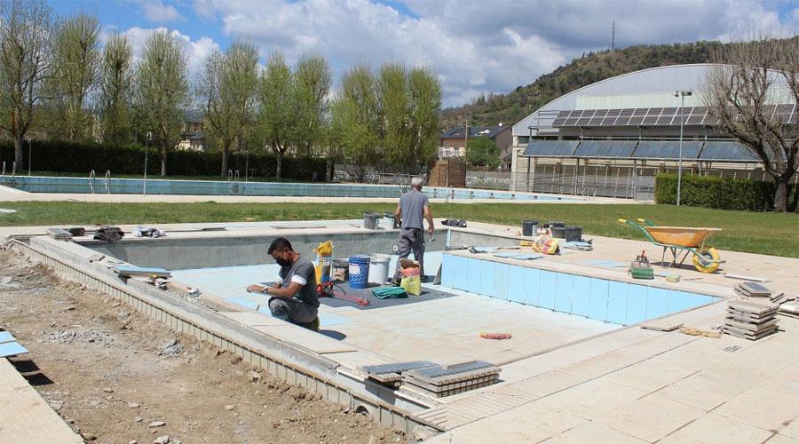 Operaris treballant a la piscina infantil de la Seu d'Urgell