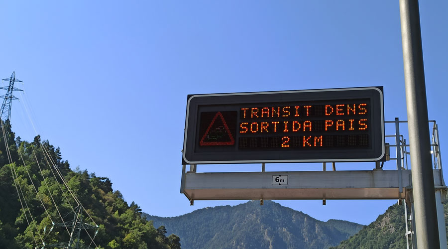 Panell informant de 2km de trànsit dens a la frontera