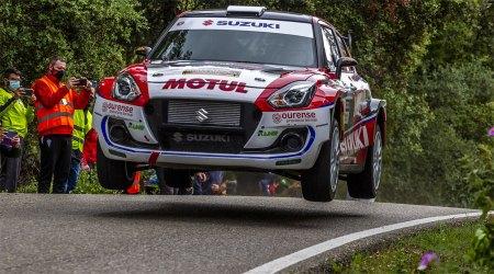 El cotxe de Vinyes-mercader en un salt sobre l'asfalt