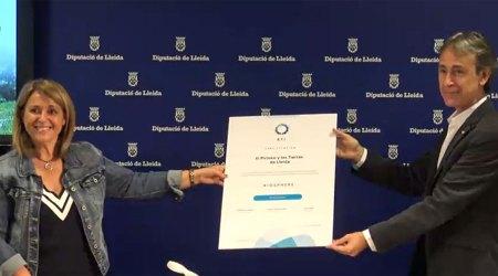 La vicepresidenta del Patronat de Turisme de la Diputació de Lleida, Rosa Pujol, i el cap de Màrqueting del Patronat, Juli Alegre, mostrant la certificació Biosphere Destination (Foto: Diputació de Lleida)