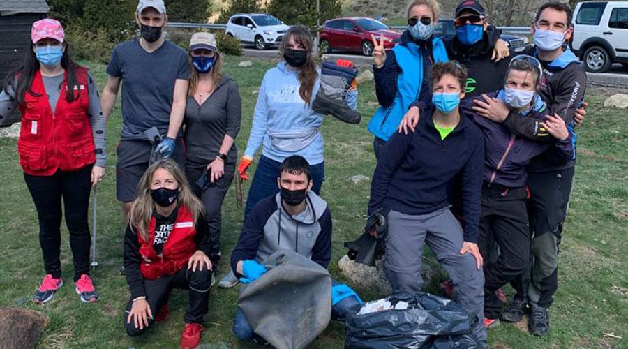 Voluntaris del Clean up day a la zona dels Cortals.