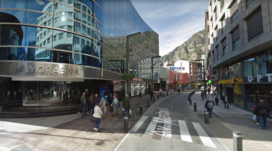 La seu central de MoraBanc i una oficina del Banc Sabadell d'Andorra a l'avinguda Meritxell