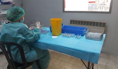 Una professional del SAAS preparant les xeringues amb vacuna contra la Covid-19 al centre de vacunació