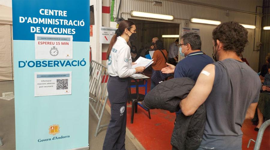 Gent vacunada rep informació de part d'una infermera al centre de vacunació