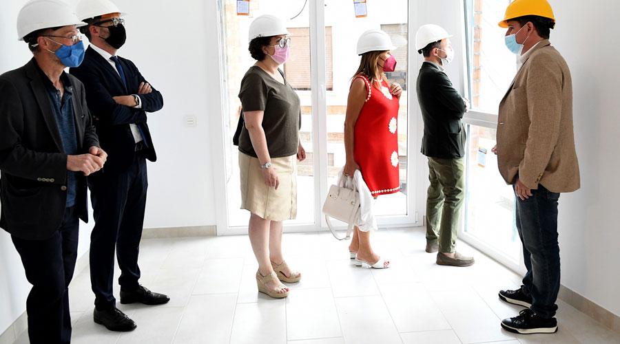 Les autoritats visitant un pis mostra del bloc destinat a habitatge protecció pública de la Fundació Privada Armor