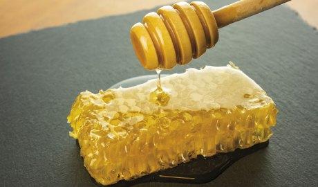 una cullera amb mel