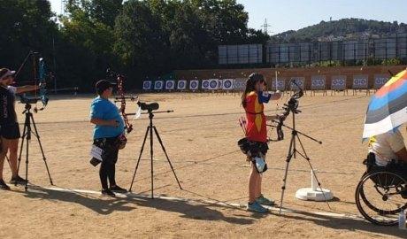 Núria Sinfreu en una competició de tir amb arc