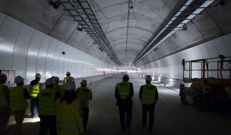 Persones dins el túnel de Tres Ponts