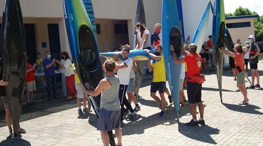 Mònica Doria i Núria Vilarrubla, portades en una canoa doble en arribar al Ràfting Parc (Foto: Cadí CK)
