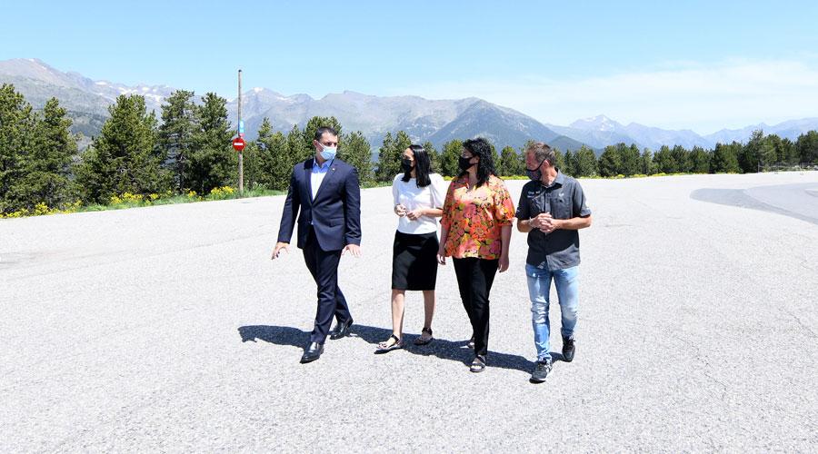 Gallardo, Molné, Sansa i Marticella visitant la zona on es vol construir l'heliport nacional, a la Caubella