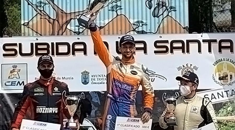 Montellà mostra el trofeu després de guanyar en la seva categoria a la Pujada a la Santa, a Múrcia.